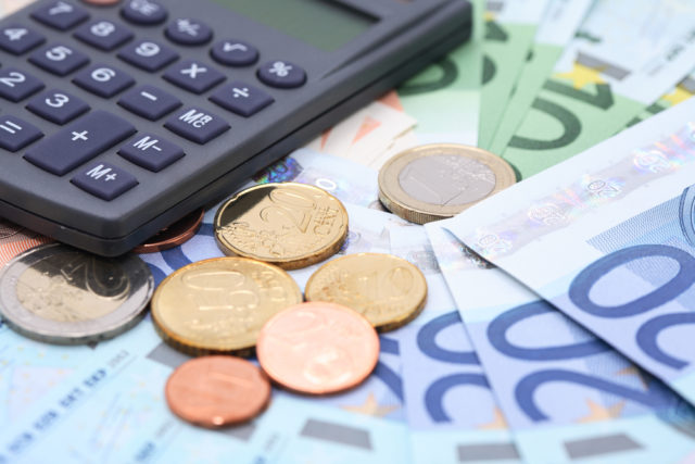 Έναν αναλυτικό πίνακα με τις ημερομηνίες πληρωμής των 800 ευρώ δημοσίευσε ο υπουργός Εργασίας, Γιάννης Βρούτσης, σε προσωοικό του λογαριασμό στα social media.