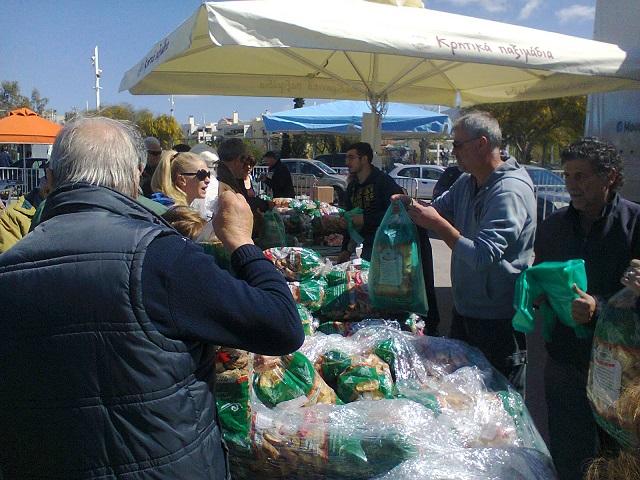 Εκατοντάδες καταναλωτές από το Μαρούσι και από άλλες περιοχές του Λεκανοπεδίου πραγματοποίησαν τις αγορές  τους, ενόψει των εορτών του Πάσχα, στην 28η Εορταστική Δράση Διάθεσης Εγχωρίων Αγροτικών Προϊόντων του Δήμου Αμαρουσίου