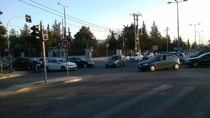 Χαλασμένα τα φανάρια στη διασταύρωση Λεωφόρου Πεντέλης και Αναπαύσεως (τη φωτό τραβήξαμε πριν από περίπου μια ώρα) και το κομφούζιο με τα αυτοκίνητα που στρίβουν από δω, στρίβουν από κει και πάει λέγοντας...
