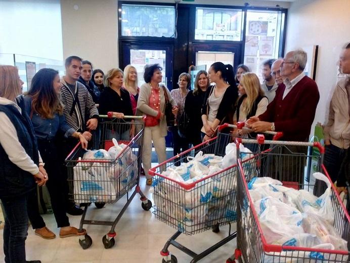 Χθες Κυριακή, αντιπροσωπεία εργαζομένων από το super market Βασιλόπουλος Βριλησσίων, επισκέφθηκε τον Κοινωνικό Οργανισμό Προστασίας και Αλληλεγγύης του Δήμου Βριλησσίων και πρόσφερε τρόφιμα για τη στήριξη του Κοινωνικού Παντοπωλείου.