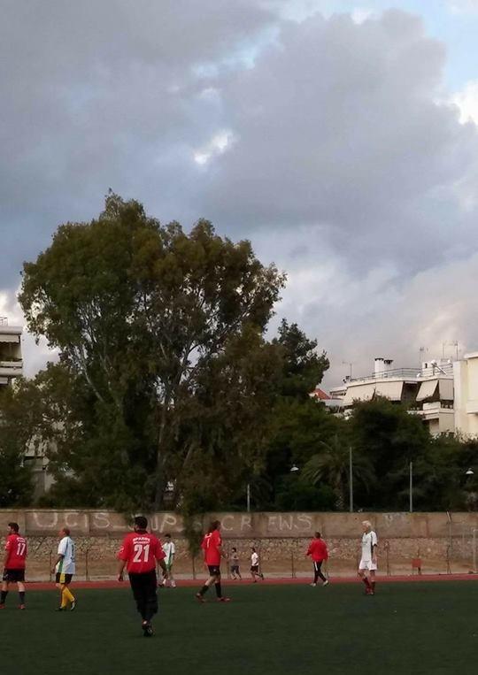 """Παρά το... χειμωνιάτικο τοπίο και τη βροχή ο αγώνας ποδοσφαίρου μεταξύ του συλλόγου """"Βράχος Βριλησσού"""" και παλαίμαχων ποδοσφαιριστών των Μελισσίων έγινε κανονικά, το περασμένο Σάββατο, στο γήπεδο του Χαλανδρίου."""
