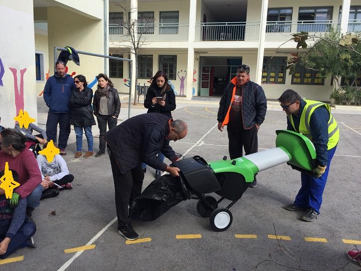 Ένα κλαδοθρυμματιστή παρέδωσε η Διεύθυνση Περιβάλλοντος του Δήμου Βριλησσίων στο 1ο Δημοτικό Σχολείο, την Τετάρτη 14 Νοεμβρίου το πρωί για την ανάπτυξη του προγράμματος Κομποστοποίησης Οργανικών και Κλαδεμάτων, το οποίο υλοποιείται από τους μαθητές και τους εκπαιδευτικούς, με την επιμέλεια της κας Χριστίνας Ρίγου και τη συνεργασία ενεργών πολιτών ειδικευμένων στη διαδικασία κομποστοποίησης.