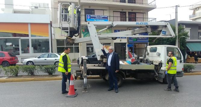 Τις εργασίες αποξήλωσης διαφημιστικών αφισών και πινακίδων αναρτημένων σε σημεία των κεντρικών οδικών αρτηριών της πόλης, στο πλαίσιο σχετικής πρωτοβουλίας που έχει αναλάβει η Περιφέρεια Αττικής, επόπτευσε ο Δήμαρχος ΑμαρουσίουΘεόδωρος Αμπατζόγλου, συνοδευόμενος από τον αρμόδιο Αντιδήμαρχο ΚαθαριότηταςΕπαμεινώνδα Κατσιγιάννη, στέλνοντας το δικό του μήνυμα στην προσπάθεια για καθαρούς δρόμους από αφίσες και παράνομες διαφημιστικές πινακίδες.