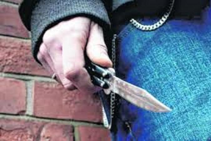 Δέκα άτομα ανέβηκαν στο λεωφορείο όταν σταμάτησε στη στάση Ζάννειο και επιτέθηκαν με μαχαίρι σε επιβάτη