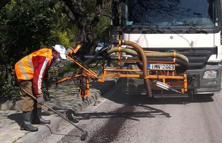 Με μηχάνημα που κλείνει γρήγορα τις λακκούβες γίνεται αποκατάσταση του οδοστρώματος σε πολλά σημεία του Δήμου Αμαρουσίου.