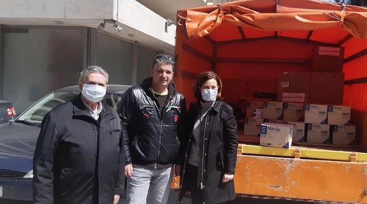 Παρελήφθησαν σήμερα από την Αντιπεριφερειάρχη Βορείου Τομέα Αθήνας, Λουκία Κεφαλογιάννη οι πρώτες προμήθειες μέσων ατομικής προστασίας (μάσκες & γάντια), για την κάλυψη των αναγκών στις υπηρεσίες του Δήμου, που βρίσκονται σε λειτουργία και απαιτείται αυστηρή τήρηση των κανόνων πρόληψης κατά του κορονοϊού.
