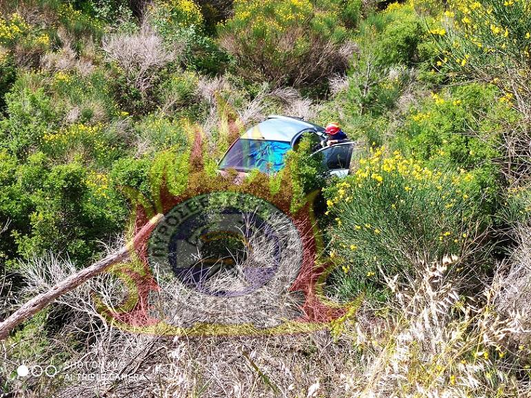 Αυτοκίνητο που οδηγούσε ηλικιωμένος άνδρας, έπεσε σήμερα το πρωί, Σάββατο 30 Μαΐου, σε γκρεμό 30 μέτρων στην περιοχή Καρακαντάστην Πεντέλη.