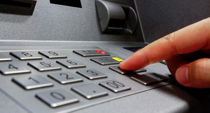 Συνελήφθησαν, πρωινές ώρες της 11-3-2021 στη Νέα Χαλκηδόνα, από αστυνομικούς του Τμήματος Ασφαλείας Νέας Φιλαδέλφειας–Χαλκηδόνας, δύο αλλοδαποί, ηλικίας 47 και 39 ετών, μέλη εγκληματικής οργάνωσης που δραστηριοποιείτο στην υποκλοπή στοιχείων τραπεζικών καρτών με την μέθοδο CARD SKIMMING.