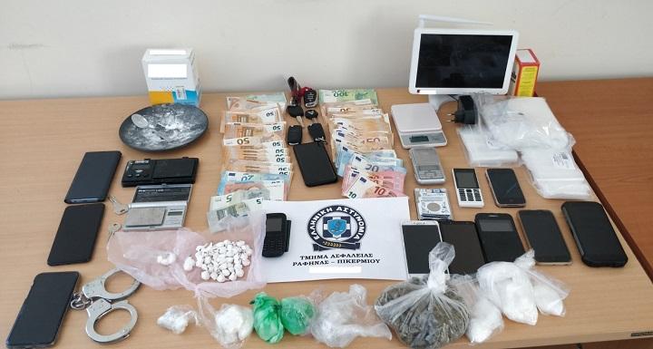 Συνελήφθησαν, την 11 και 12-3-2021 στις περιοχές Πικερμίου, Χαλανδρίου και Αχαρνών, στο πλαίσιο συντονισμένης επιχείρησης αστυνομικών του Τμήματος Ασφαλείας Ραφήνας-Πικερμίου και τη συνδρομή της Ο.Π.Κ.Ε. της Διεύθυνσης Ασφάλειας Αττικής, δύο ημεδαποί, ηλικίας 25 και 27 ετών και 48χρονος αλλοδαπός, για παράβαση του Νόμου περί Εξαρτησιογόνων Ουσιών.