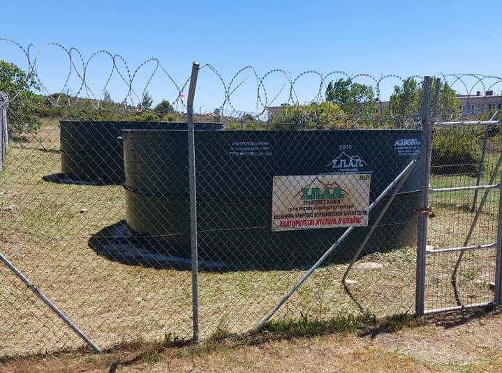 Γεμάτες νερό ήδη εδώ και αρκετές ημέρες οι 10 υδατοδεξαμενές του ΣΠΑΠ για τα πυροσβεστικά ελικόπτερα και με κομμένα τα ξερά χόρτα περιμετρικά τους από εργαζομένους και εθελοντές του ΣΠΑΠ και του Δήμου Κηφισιάς.