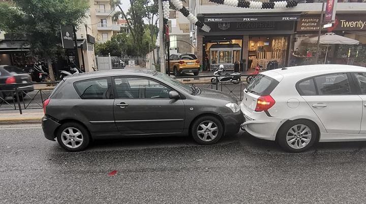 Τρία αυτοκίνητα ενεπλάκησαν σε τροχαίο ατύχημα που συνέβη, πριν λίγο, στη λεωφόρο Πεντέλης, στο ύψος των Βριλησσίων.